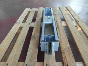 Barra di tiro per sollevatori con inserti in nylon vista laterale.