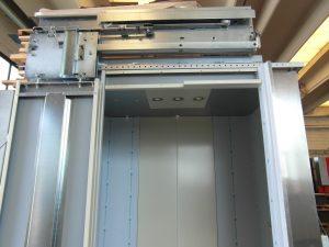 Montaggio del dispositivo automatico di apertura e chiusura porta vista del dispositivo. Lavorazioni lamiere, assemblaggi.