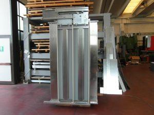 Montaggio del dispositivo automatico di apertura e chiusura porta. Lavorazioni lamiere, assemblaggi.