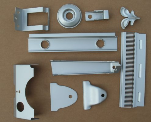 Tranciatura e deformazione da ripresa manuale con stampi a blocco. Produzione di basso volume.