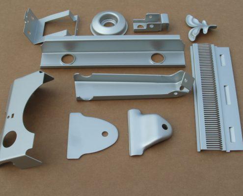 Tranciatura e stampaggio di metalli a freddo e deformazione da ripresa manuale con stampi a blocco. produzione di basso volume.