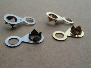 Tranciatura. Particolare in ferro e ottone ricavati da coils. Anellino per appendere i quadri.
