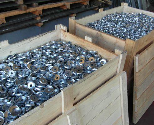 Tranciature e imbutiture in grandi quantità con stampi a blocco automatici o ripresi manualmente.